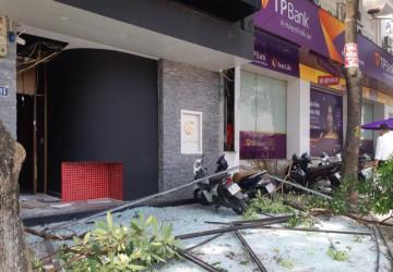 Nổ như bom cạnh ngân hàng trên phố Hà Nội, nhiều người hoảng loạn